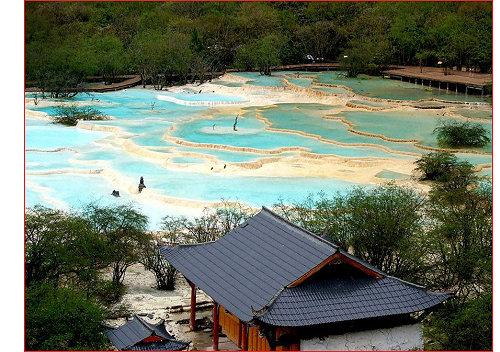 黄龙风景区标志景观-缆车上站的五彩池与黄龙寺